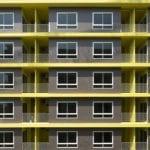 Żółta elewacja akademika projektu Silp Architects