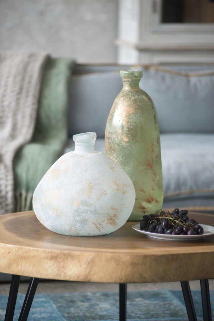 Kolekcja mebli od Miloo Home inspirowana Wabi Sabi - dekoracje na stoliku