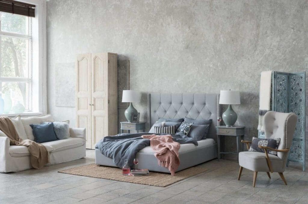 Kolekcja mebli od Miloo Home inspirowana Wabi Sabi - duże łóżko w sypialni