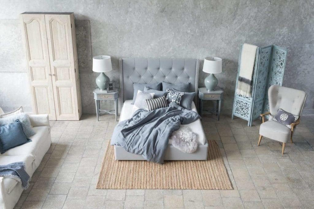Kolekcja mebli od Miloo Home inspirowana Wabi Sabi - łóżko w sypialni