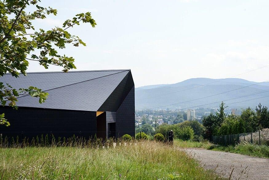 Boczna ściana domu Czarna Skała projektu Mus Architects