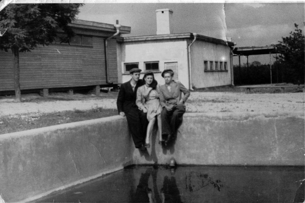 fot. H.Porzycka, Ochronka i basen w Lasku na kole, czerwiec 1944