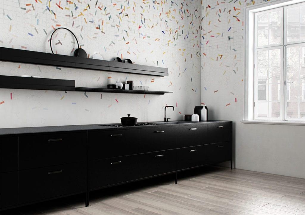 Wodoodporna tapeta z kolekcji GlamFusion od Glamora dostępna w Dekorian Home. Tapeta w kolorowe sympole.
