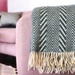 Biało-czarny pled na różowej sofie