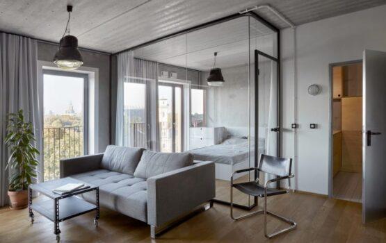 Biuro Speys i mieszkanie ze szklaną ścianą