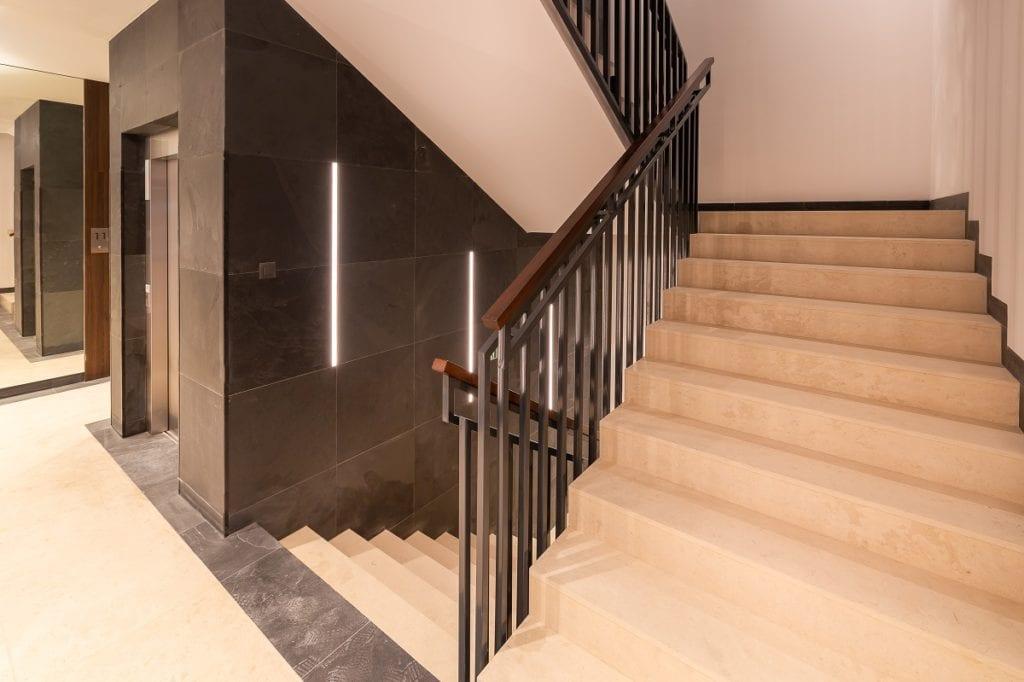 Schody na klatce schodowej w rezydencji Niska 30 projektu JMW Architekci i pracownia architektoniczna DETAN