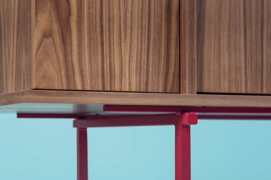Kolekcja Umami, czyli Phormy i design inspirowany Japonią - nóżki komody Umamu od Phormy w kolorze bordowym