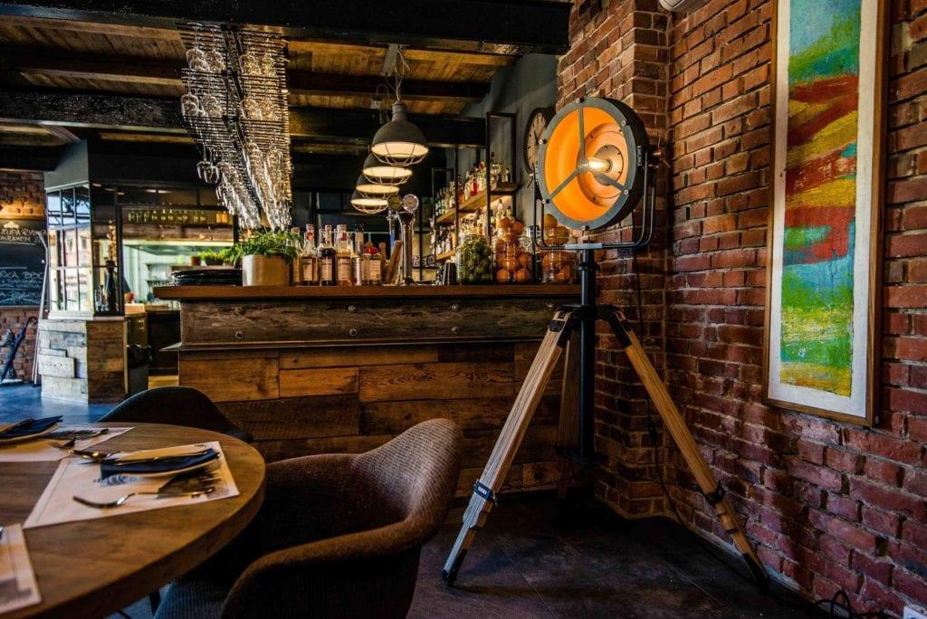 Piękna czarna lampa Glash projektu Bartosza Dąbrowskiego w restauracji Czosnek i Oliwa
