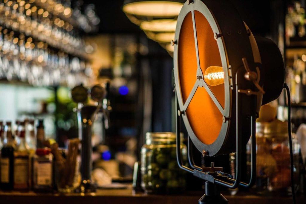 Zbliżenie na klosz czarnej lampy Glash projektu Bartosza Dąbrowskiego w restauracji Czosnek i Oliwa