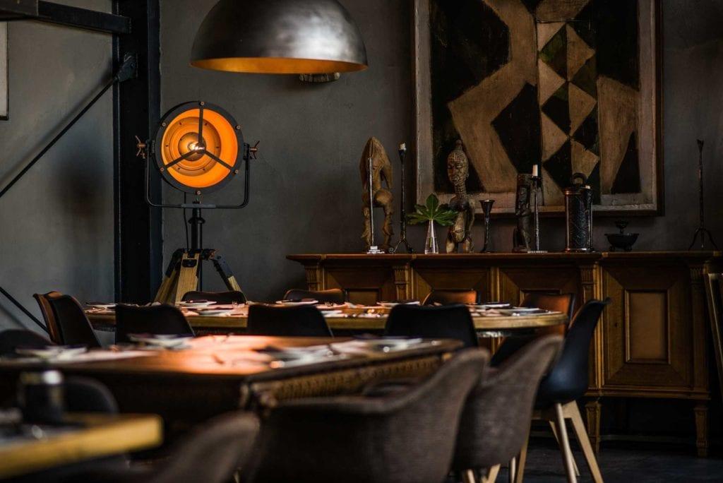 Czarna lampa Glash projektu Bartosza Dąbrowskiego w restauracji Czosnek i Oliwa