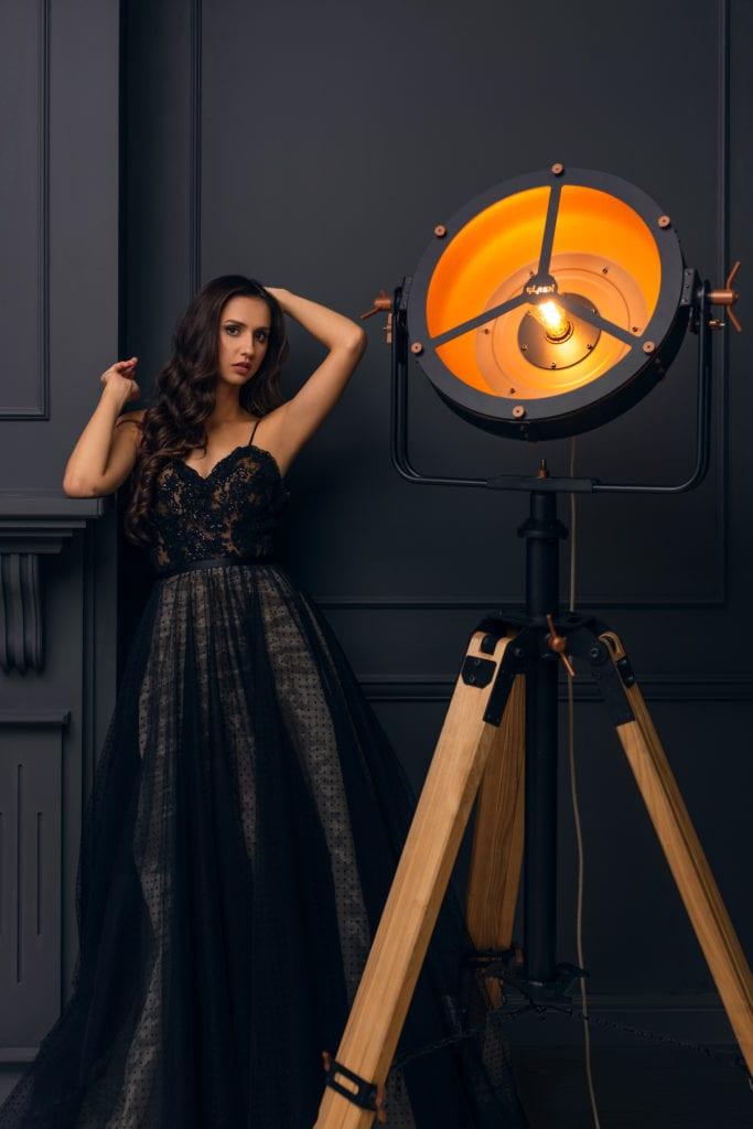 Czarna lampa Glash w sesji z modelką