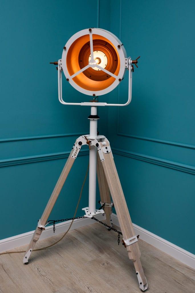 Biała lampa Glash stojąca w rogu mieszkania