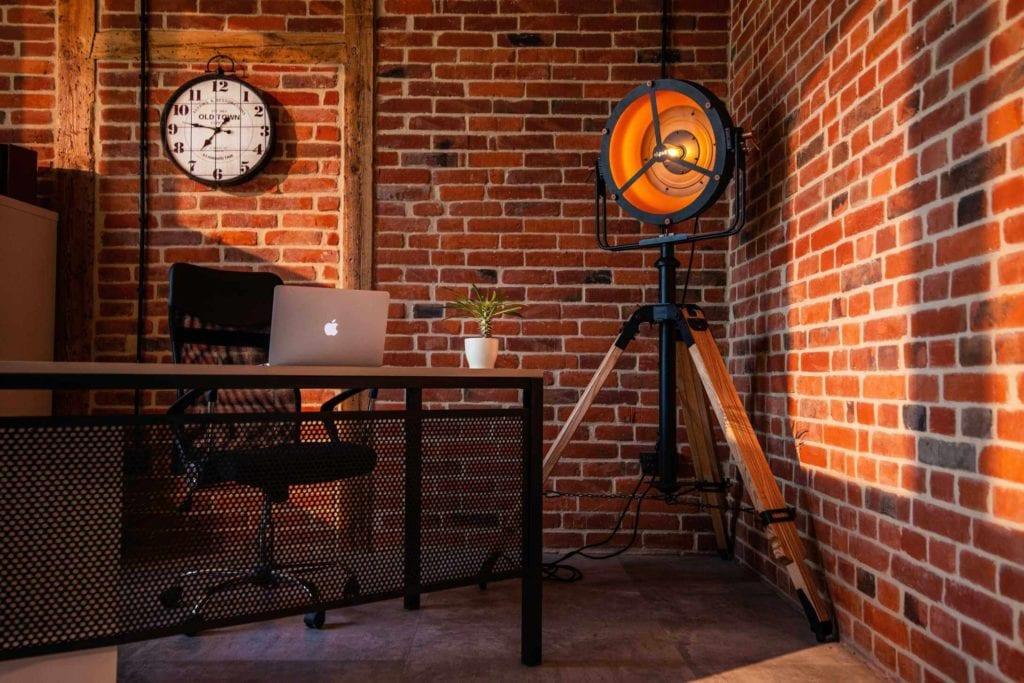 Czarna lampa Glash projektu Bartosza Dąbrowskiego w biurze stojąca w kącie