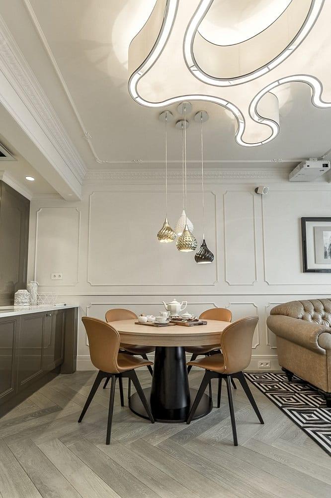 Mango Studio i krakowski apartament Angel Plaza, jadalnia, duży stół i cztery krzesła