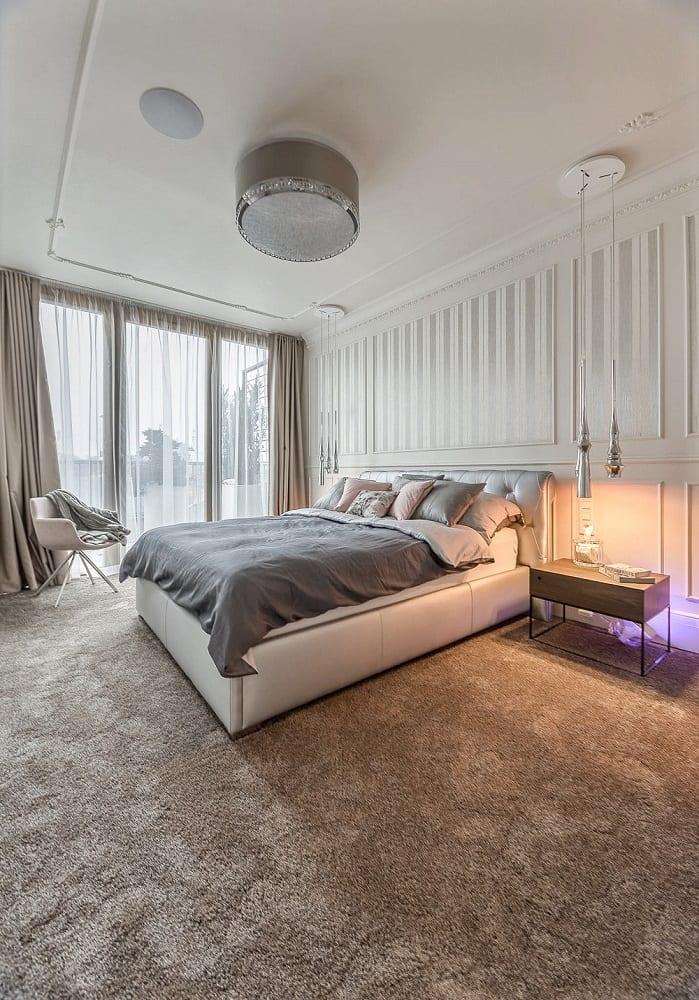 Mango Studio i krakowski apartament Angel Plaza, jasna sypialnia i duże łóżko