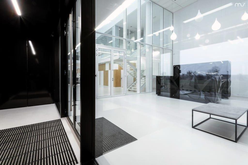 Czarno-białe wnętrze firmy Pivexin Technology projektu pracowni Mus Architects