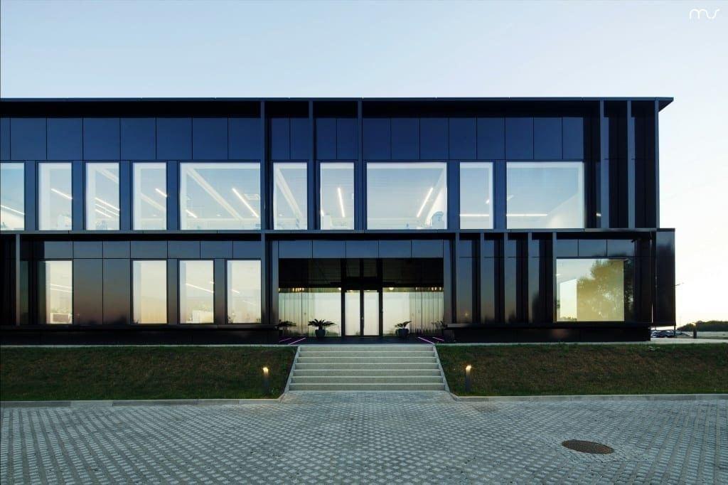 Czarny front siedziby firmy Pivexin Technology projektu pracowni Mus Architects