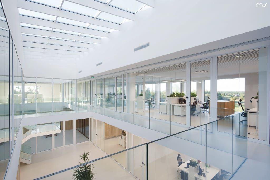 Widok przez balustradę w siedzibie firmy Pivexin Technology projektu pracowni Mus Architects