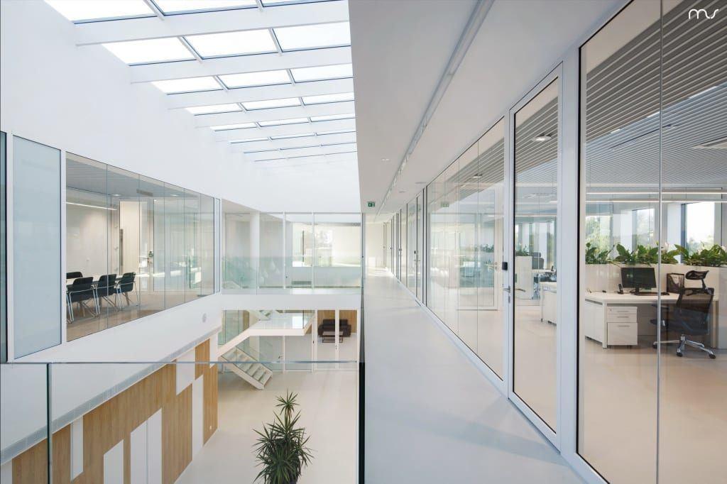 Szklane okna w siedzibie firmy Pivexin Technology projektu pracowni Mus Architects