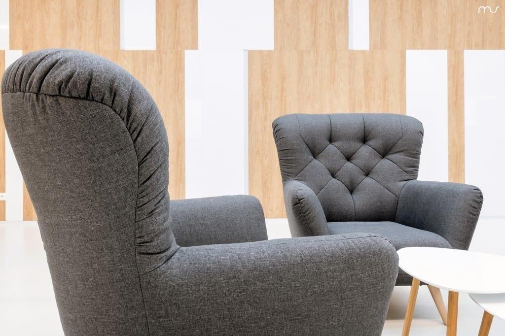 Szare fotele w siedzibie firmy Pivexin Technology projektu pracowni Mus Architects