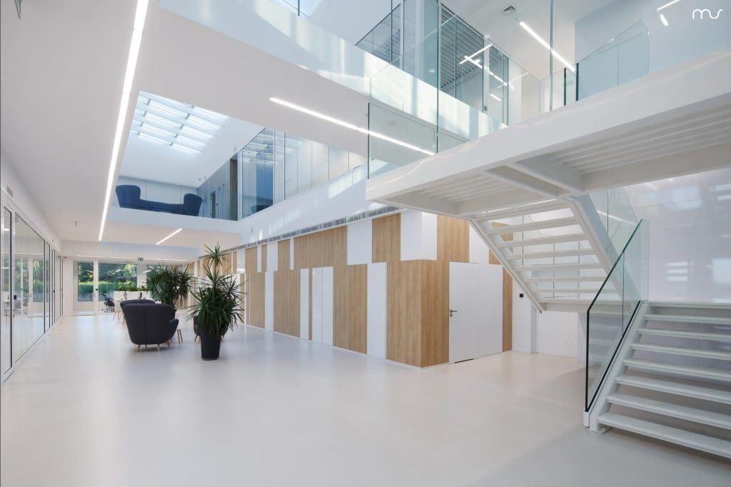 Jasne wnętrze z drewnianymi detalami w siedzibie firmy Pivexin Technology projektu pracowni Mus Architects