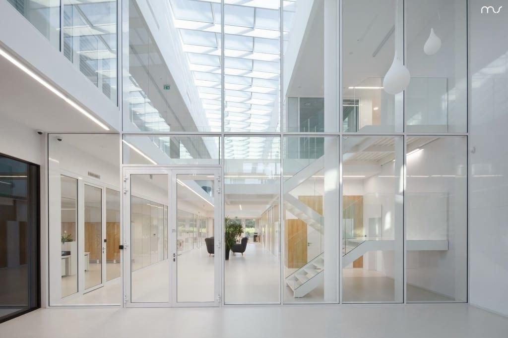 Jasne, przeszklone wnętrze firmy Pivexin Technology projektu pracowni Mus Architects
