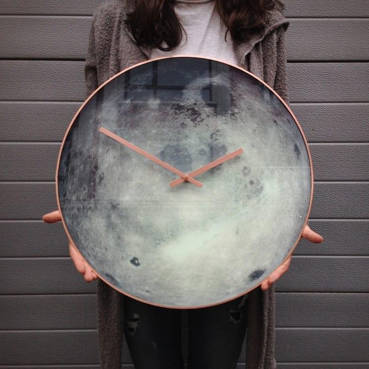 Zegar ścienny wyglądający jak powierzchnia księżyca