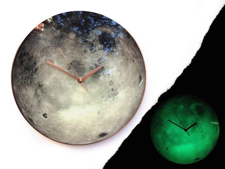 Jasny zegar ścienny inspirowany kosmosem projektu Milica Dimitrova
