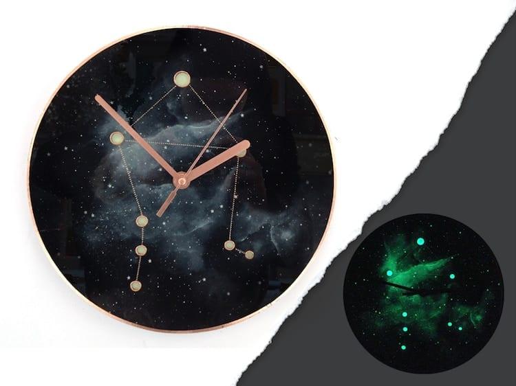 Czarny zegar ścienny inspirowany kosmosem projektu Milica Dimitrova