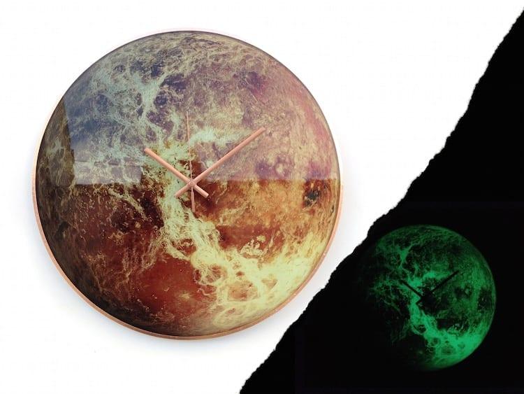 Piękny, szklany zegar ścienny niczym układ słoneczny