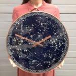 Ciemny zegar ścienny inspirowany kosmosem projektu Milica Dimitrova