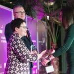 Przedstawiciel marki Vinterior odbiera nagrodę w konkursie Dobry Design 2019