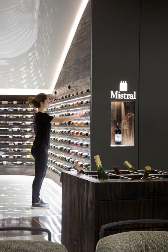 Ekspozytory w sklepie Mistral projektu Arthur Casas