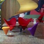 Fotele Heart Cone Chair projektu Vernera Pantona stojące w hotelowym lobby
