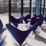 Czarne fotele Heart Cone Chair w restauracji