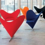 Czerwone i czarne fotele Heart Cone Chair stojące w lobby