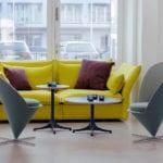 Fotele Heart Cone Chair stojące w salonie