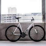Biały rower z czarnymi kołami od Loca Bikes