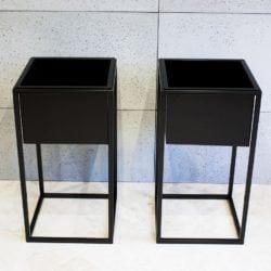 Metalowy czarny kwietnik marki Custom Shop