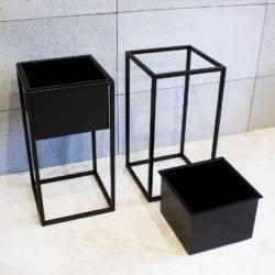 Metalowy, czarny stojący kwietnik marki Custom Shop dostępny w Good-Inside