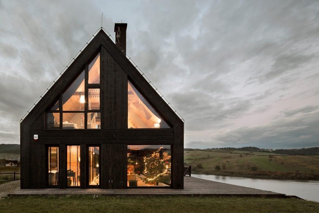 Czarny dom Pasterska Chata z wielkimi oknami projektu HOLA Grupa Projektowa