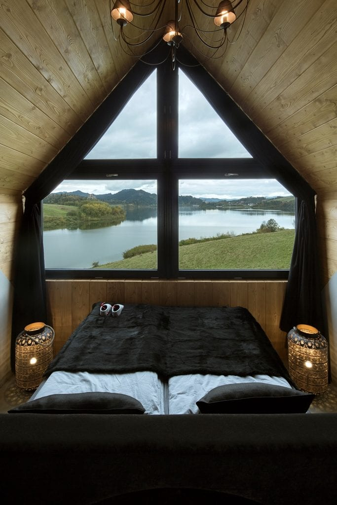 Widok na jezioro z sypialni Pasterskiej Chaty projektu HOLA Grupa Projektowa