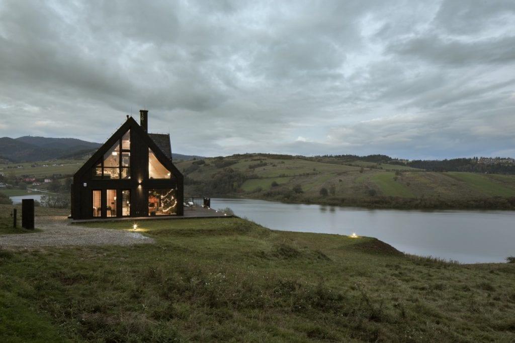 Projekt Pasterska Chata od Hola Design położony nad jeziorem