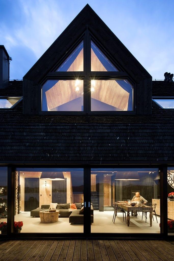 Front domu z wielkimi oknami projektu HOLA Grupa Projektowa