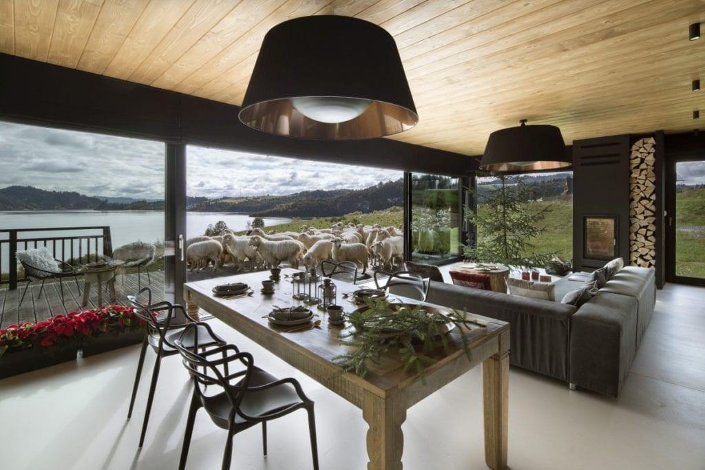 Stół i krzesła w sypialnie domu Pasterska Chata