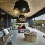 Ogromy salon w Pasterskiej Chacie projektu HOLA Design