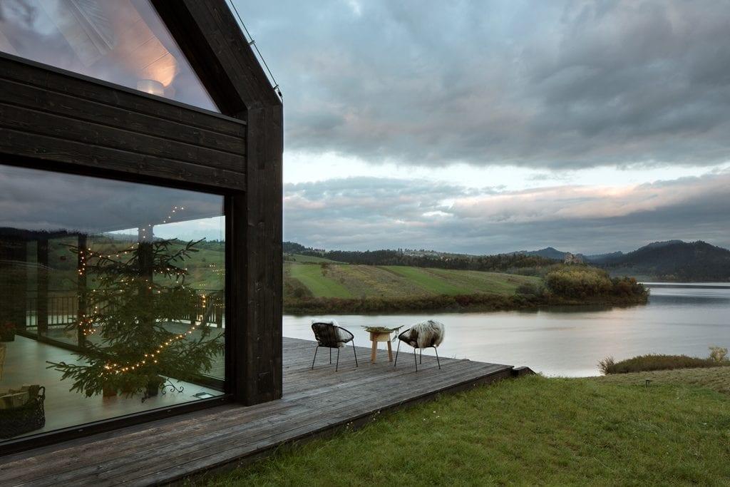 Taras przed domem z widokiem na jezioro w Pasterskiej Chacie projektu HOLA Design