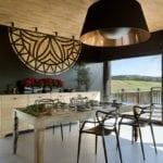 Jadalnia z widokiem w domu Pasterska Chata projektu HOLA Grupa Projektowa