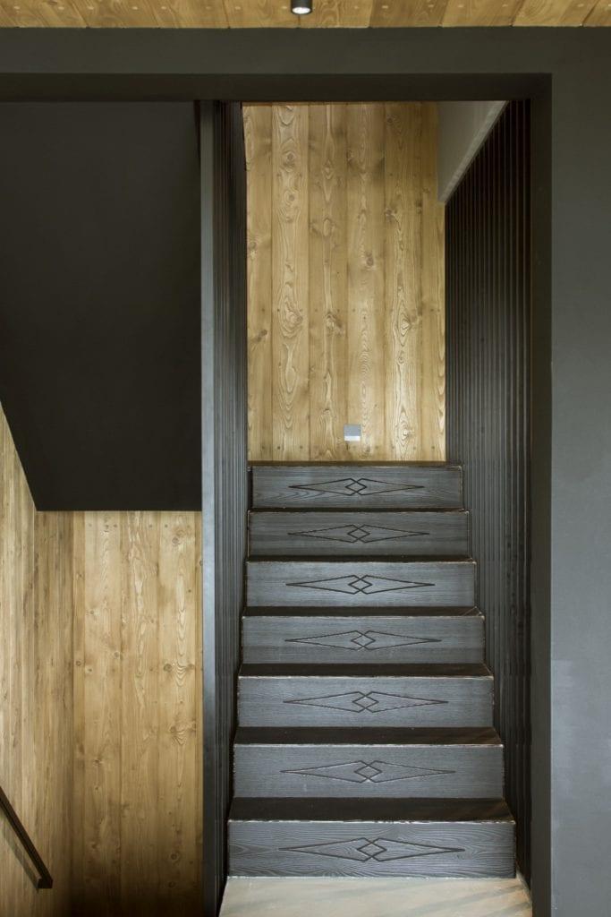 Szare schody we wnętrzu Pasterskiej Chaty projektu HOLA Grupa Projektowa