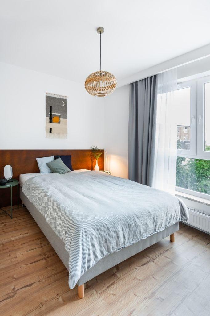 Urokliwa sypialnia w jasnym mieszkaniu projektu Besign Studio